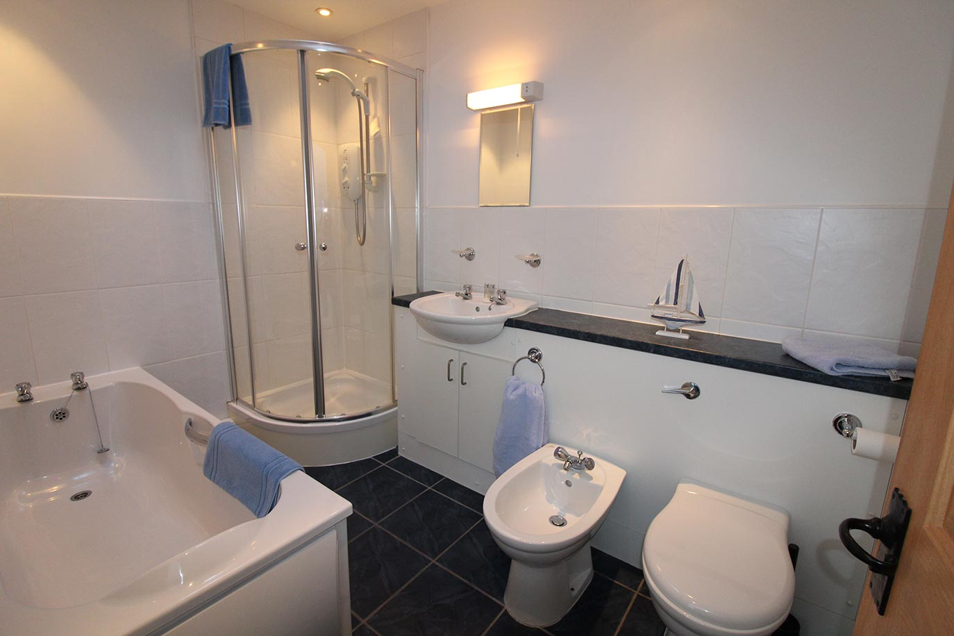 Haselor House en suite bathroom | Burradon Farm Houses & Cottages